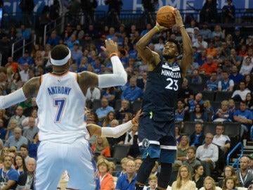 Butler lanza a canasta ante la defensa de Carmelo Anthony