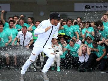 Hamilton celebra con su equipo el mundial de constructores en el GP de México en 2016