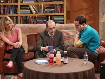 Bob Newhart con los protagonistas de 'The Big Bang Theory'