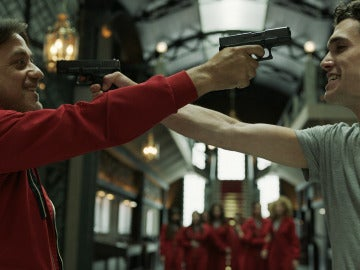 Denver y Arturo, una amenaza de muerte con arma en mano