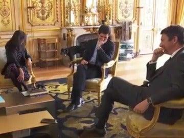 Graban al perro de Macron orinando durante una reunión