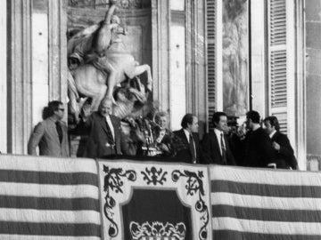 El expresidente de la Generalitat Josep Tarradellas saluda desde el balcón del Palau de la Generalitat
