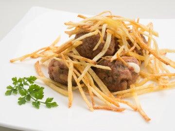 Albóndigas rellenas de queso con patatas paja