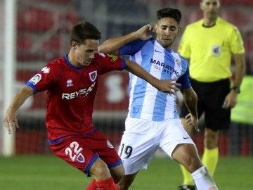Cecchini pelea el balón en el partido contra el Numancia
