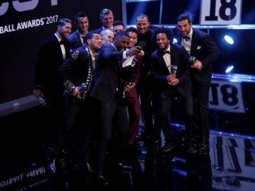 El 'selfie' de Idris Elba con los galardonados en los premios 'The Best'