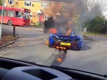 Un McLaren arde en plena calle