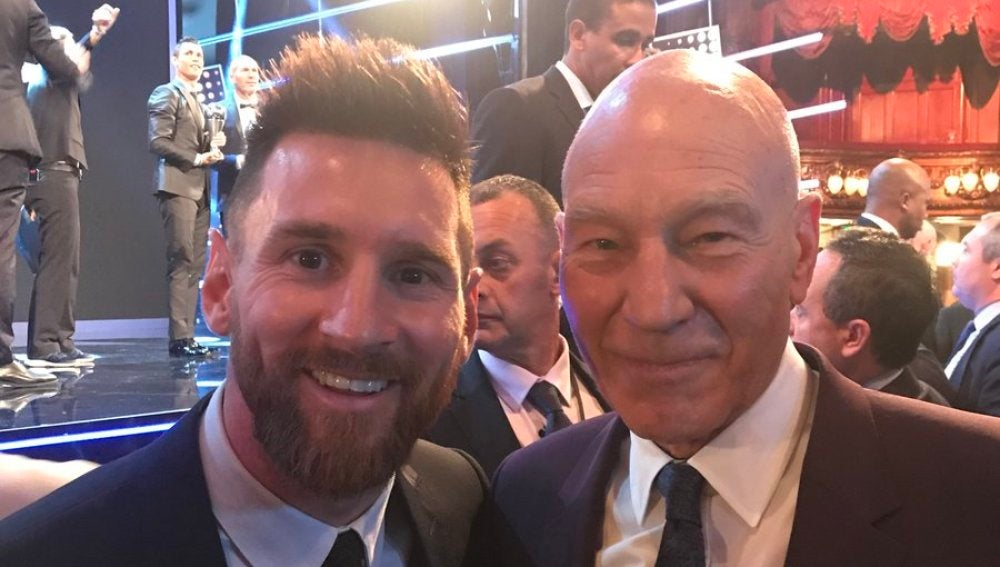 Messi y Patrick Stewart posan con Cristiano Ronaldo al fondo