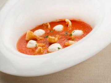 Crema de tomate con cortezas de cerdo