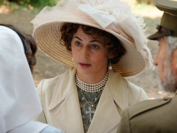 La reina Victoria Eugenia llega a Melilla con intenciones de llevarse a Carmen