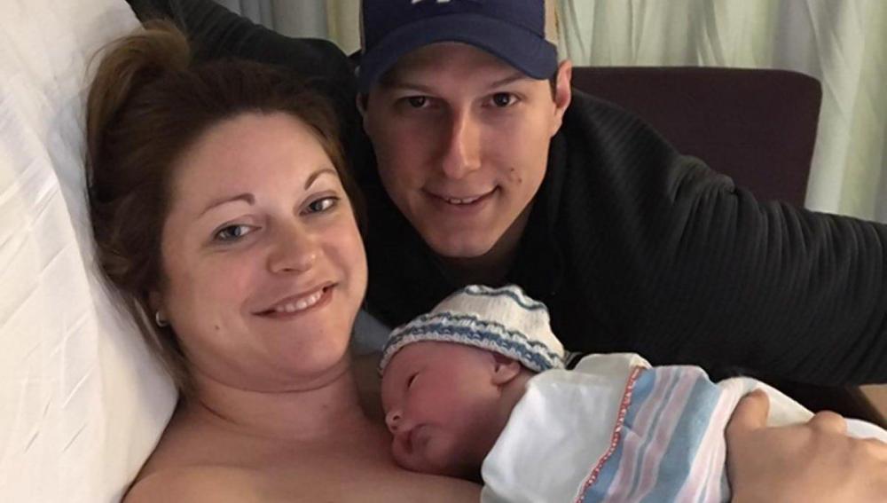 Hubley junto a su marido y su hijo tras dar a luz