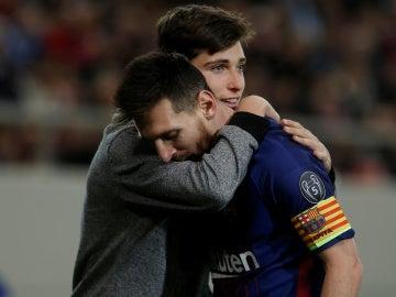 Un aficionado abraza a Leo Messi durante el Olympiacos - Barcelona