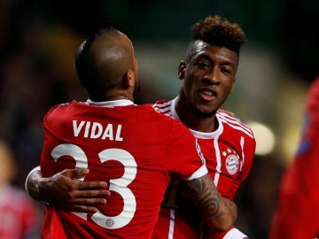 Coman celebra su gol contra el Celtic con Arturo Vidal