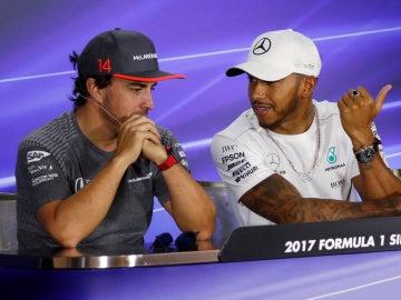 Fernando Alonso y Lews Hamilton dialogan durante el GP de Singapur