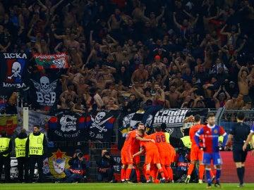 Los jugadores del CSKA celebran uno de sus goles contra el Basilea