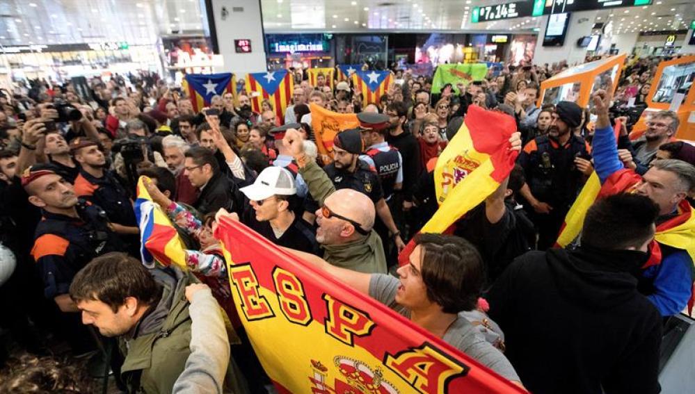 Manifestantes en la Estación de Sants de Barcelona
