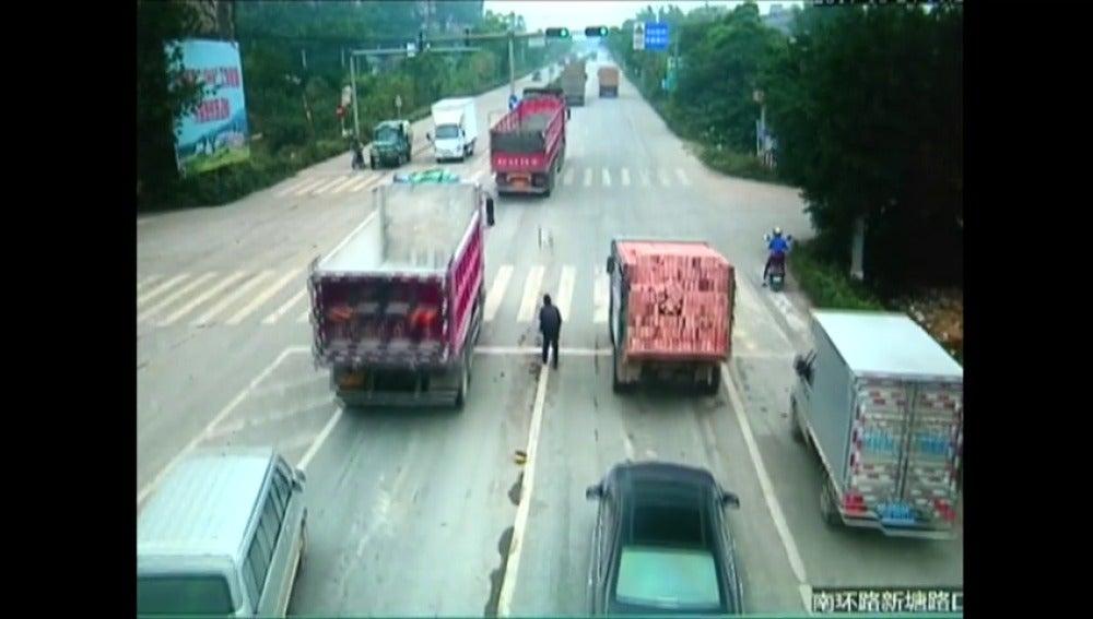 Un hombre se salva después de ser atropellado por un camión