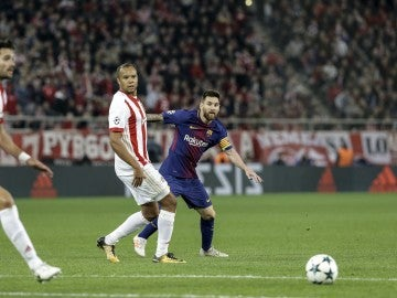 Messi dispara a puerta ante los defensas del Olympiacos