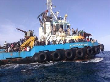 Guardacostas libios trasladaron al puerto de Misrata, en el norte de pais, a un grupo de personas de distintas nacionalidades