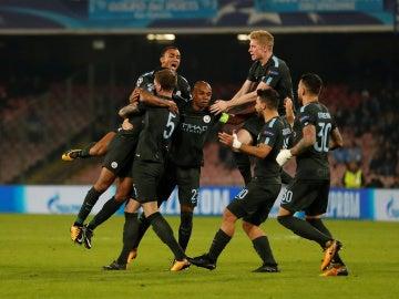 Los jugadores del Manchester City celebran el gol de la victoria ante el Nápoles