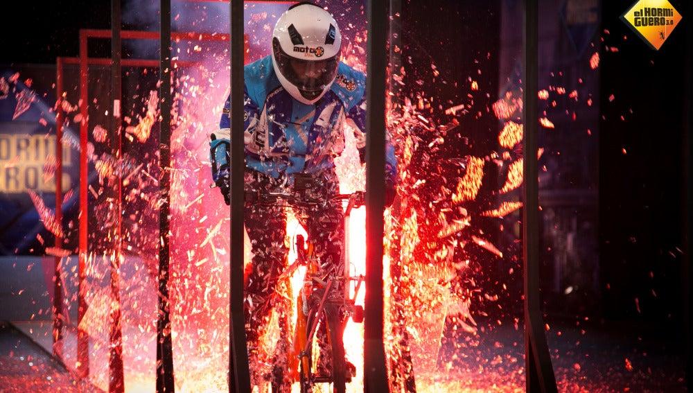 Rubén, montado en una bicicleta, destruye siete filas de cristales templados