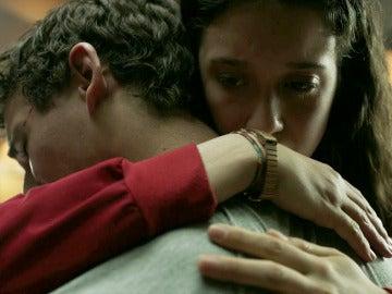 Alison consuela a Río tras ser sentenciado como rehén