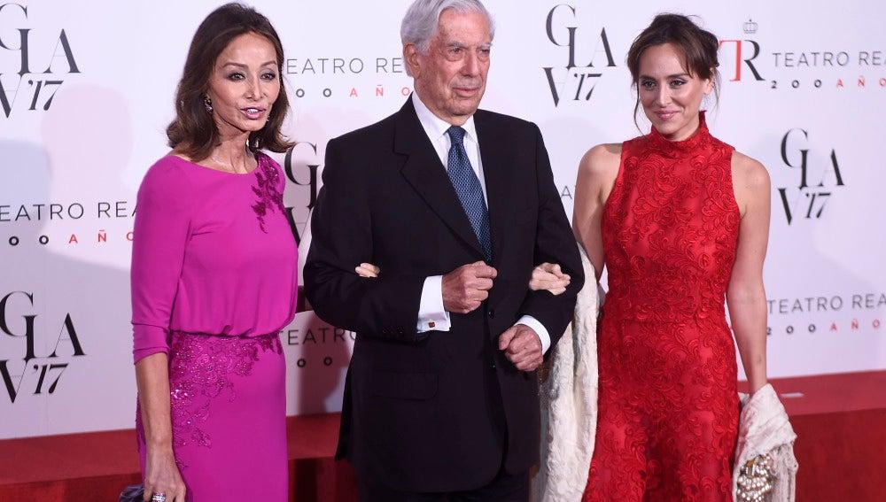 Tamara Falcó posa junto a su madre y Mario Vargas Llosa