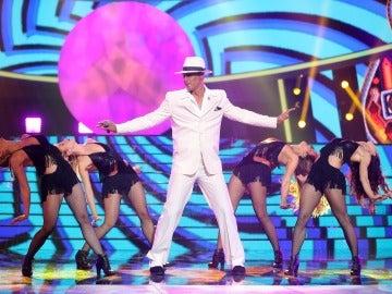 David Amor nos hace bailar sin parar el 'Mambo No. 5' como Lou Bega