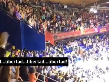 Gritos de 'libertad' en el Palau por los encarcelados del Govern
