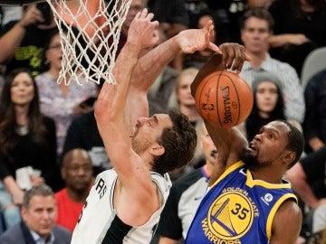 Pau Gasol, en pugna con Kevin Durant