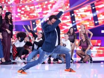 Àngel Llàcer lo da todo bailando reggaeton con el elenco de bailarines de La Terremoto