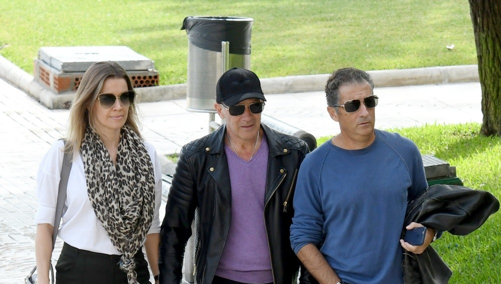 Antonio Banderas con su novia, Nicole Kimpel, y su hermano Javier tras la muerte de su madre