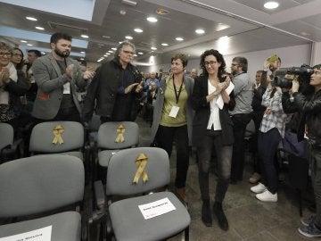 Marta Rovira y Anna Simó homeneajean junto a sus compañeros con las sillas vacías de los cuatro exconsellers de ERC encarcelados