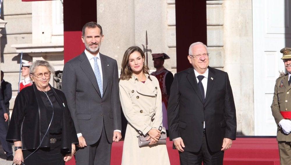Los Reyes reciben al presidente israelí y su esposa con honores militares en el Palacio Real