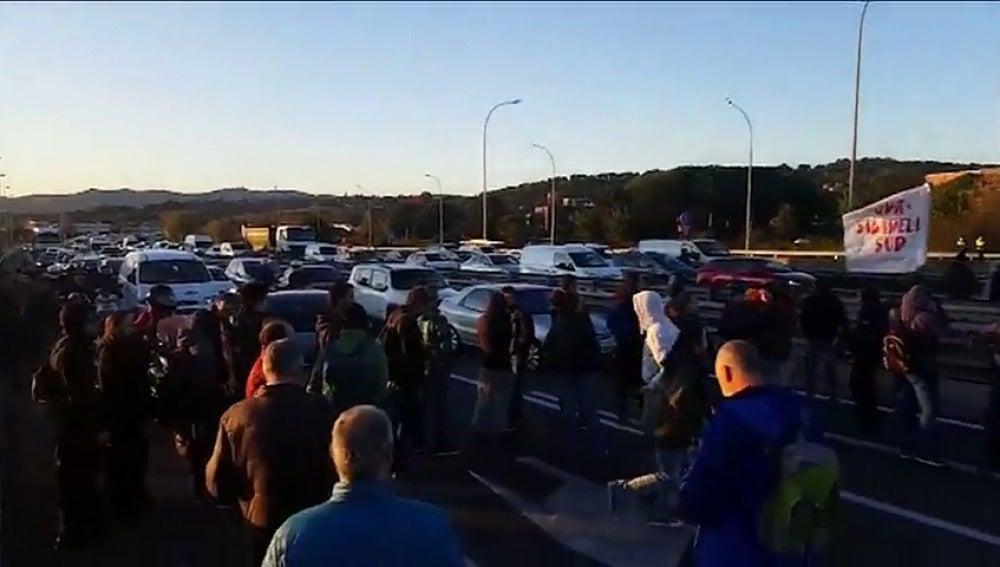 Cortes en vías de Barcelona y Tarragona en protesta por el encarcelamiento de varios miembros del Govern
