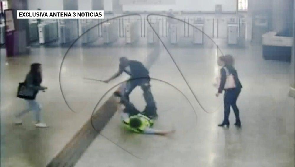Un hombre que intentaba colarse en el Metro agrede violentamente a un vigilante de seguridad y a una mujer