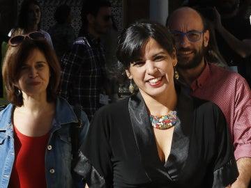 Jueza procesa al empresario simuló besar a líder de Podemos Teresa Rodríguez