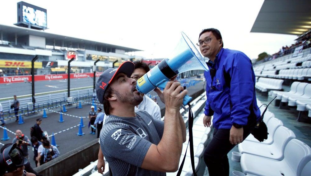 Fernando Alonso, con un megáfono en Suzuka