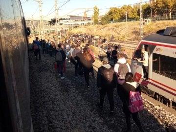 La gente sale de los vagones de Renfe por las averías