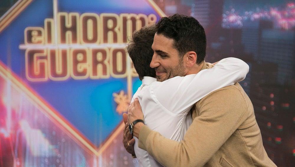 La larga lista de presentadores a los que Miguel Ángel Silvestre ha besado después de Pablo Motos