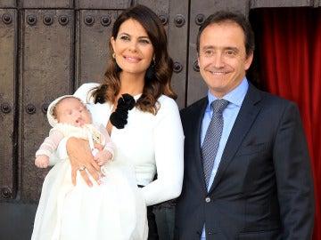 María José Suárez y Jordi Nieto con su hijo Elías
