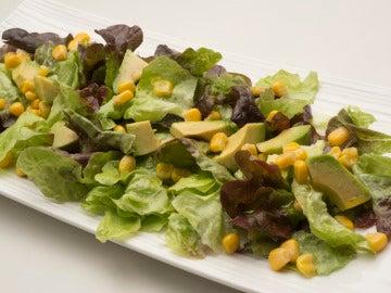 Ensalada de roble, aguacate y maíz
