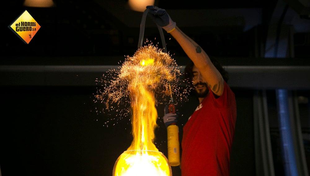 Marron utiliza la fuerza del fuego para crear ilusiones mágicas