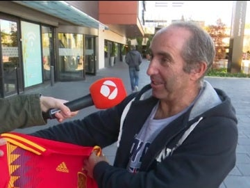 Un aficionado da su opinión sobre la nueva camiseta de la Selección