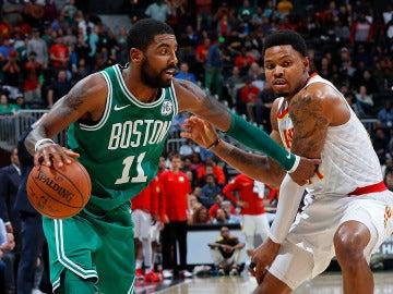 Kyrie Irving maneja el balón en un partido con los Celtics