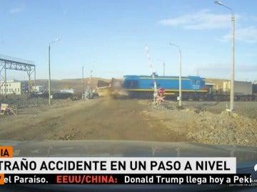 Un tren arrolla a un camión a pesar de que el conductor del camión tuvo tiempo de parar y no atravesar las vías