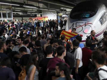 Varias decenas de manifestantes, la mayoría de ellos estudiantes, han cortado seis vías del AVE de la estación de Sants de Barcelona