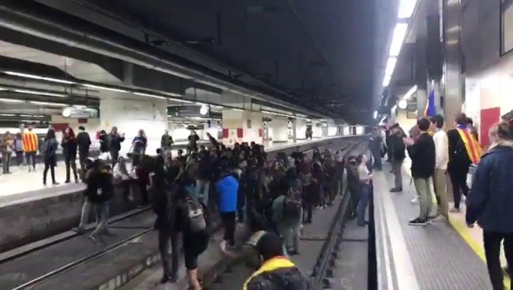 Manifestantes independentistas 'invaden' las vías del AVE en la estación de Sants