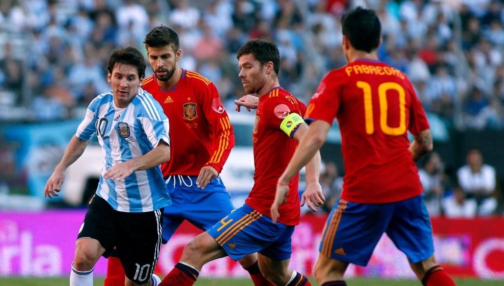Messi controla el balón durante un partido contra España