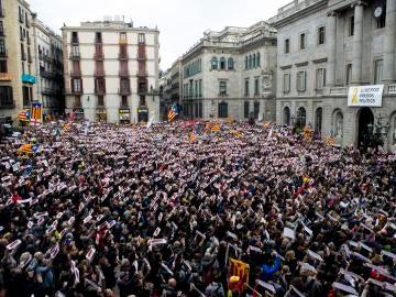 """Miles de personas piden en Barcelona la libertad de """"presos políticos"""""""