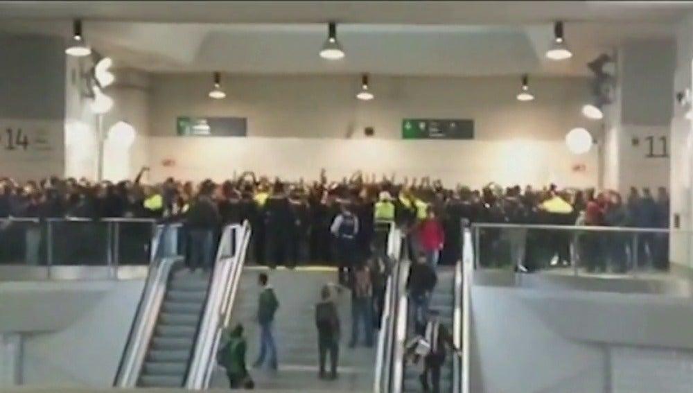Un grupo de manifestantes invaden la estación del AVE en Girona y cortan las vías